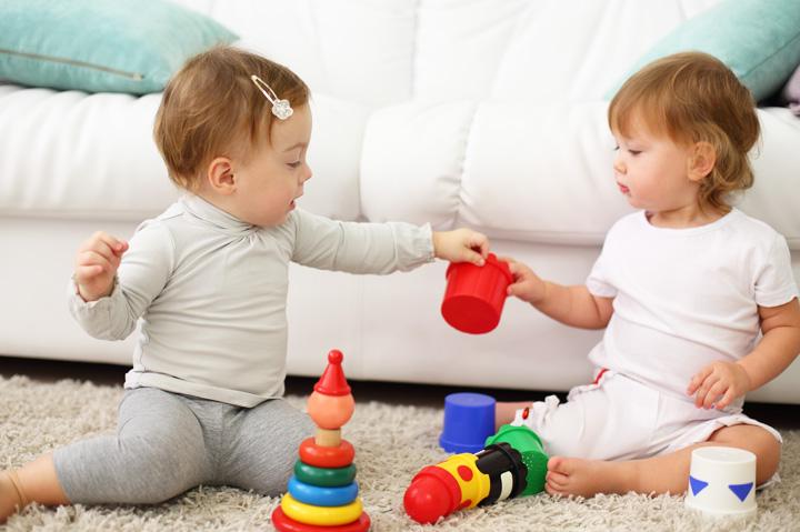 おもちゃを取り合う子どもたち